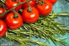 Ветвь томатов вишни зрелых, свежее розмариновое масло, фотография еды Стоковая Фотография RF