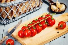 Ветвь томатов вишни на деревянной доске Взгляд сверху Стоковые Изображения