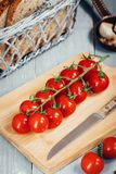 Ветвь томатов вишни на деревянной доске Взгляд сверху Стоковая Фотография