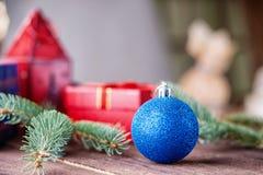 Ветвь шарика, подарочной коробки и ели рождества Стоковые Фото
