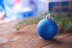 Ветвь шарика, подарочной коробки и ели рождества Стоковое Изображение RF