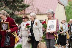 Ветераны более старых женщин приходя памятник для того чтобы положить цветки Стоковые Фото