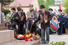 Ветераны клали цветки на памятник к упаденным солдатам Стоковое Изображение