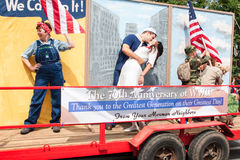 Ветераны проходят парадом годовщина почетностей семидесятых поплавка Второй Мировой Войны Стоковые Фотографии RF