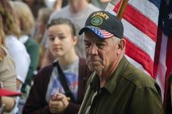 Ветеран армии слушая на протесте козыря стоковая фотография rf