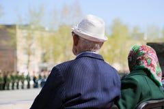Ветеран войны смотрит военный парад стоковое фото rf