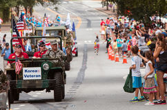 Ветеран Корейской войны развевает во время старого парада дня солдат Стоковые Изображения RF