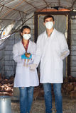 2 ветеринара в доме курицы Стоковое Изображение