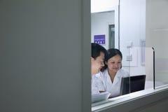 Ветеринары смотря экран компьютера Стоковые Фотографии RF