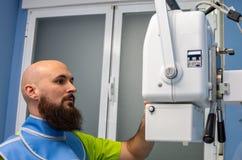 Ветеринар используя прибор рентгеновского снимка с одеждой руководства стоковые изображения rf
