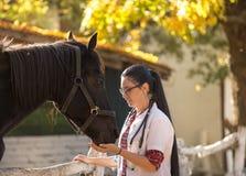 Ветеринар с лошадью на ферме Стоковое Изображение