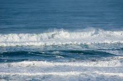 Ветер бросает брызг от ломая волн Стоковые Фотографии RF
