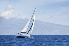 Ветер в ветрилах яхты с красивым небом Стоковое фото RF