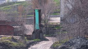 Ветер дует пыль на дороге глины около завода видеоматериал