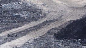 Ветер дует пыль на дороге глины около конца-вверх завода видеоматериал