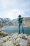 Ветер женщины над озером в горе Стоковые Фотографии RF
