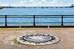 Ветер поднял компас на острове Хелен Святого, Реке Святого Лаврентия и мосте Jacoues более cartier в Монреале, Квебеке, Канаде стоковая фотография