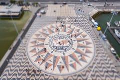Ветер поднял на квадрат памятника открытиям в Лиссабоне в наклон-переносе стоковые фотографии rf
