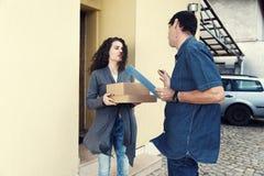 Ветер поставки получает женщину пакета курчавую Стоковое Изображение