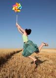 ветер пшеницы турбины девушки поля скача Стоковая Фотография RF