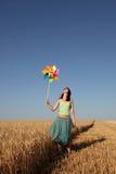 ветер пшеницы турбины девушки поля Стоковые Изображения RF