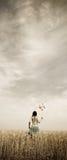 ветер пшеницы турбины v фото девушки поля Стоковые Изображения RF