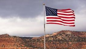 Ветер развевая яркое патриотическое государственный флаг сша американского флага Стоковые Изображения
