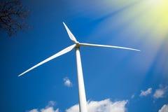 ветер силы солнечный Турбина в солнечности против голубого неба Стоковые Изображения