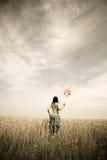 ветер турбины игрушки девушки поля Стоковые Фото