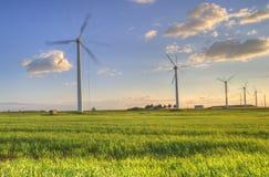 ветер турбин захода солнца поля зеленый Стоковые Изображения