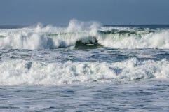 Ветер дует брызг соленой воды на побережье Стоковое Изображение RF