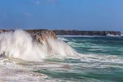 Ветер шторма и волна волн в Sagres Алгарве Португалия Стоковые Фотографии RF