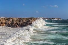 Ветер шторма и волна волн в Sagres Алгарве Португалия Стоковые Фото