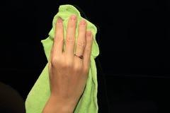 Ветошь и запиток удерживания руки Стоковые Фотографии RF