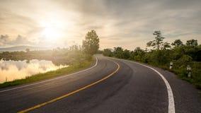 Ветреная дорога и восход солнца стоковое фото rf