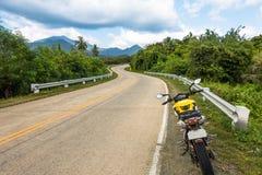 Ветреная дорога острова на приключении мотоцикла вокруг Palawan Стоковое Изображение RF