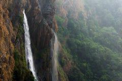 Ветреные водопады в горах стоковое изображение