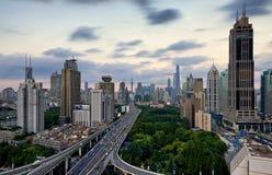 Ветреный и pinky Шанхай во время захода солнца Стоковые Изображения