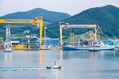 Ветрила буксира проходят сосуд replenishment ` s Tideforce Великобритании в заливе судостроения daewoo и судостроения DSME в Okpo Стоковые Фотографии RF