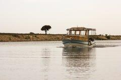 Ветрила старые рыбацкой лодки вдоль канала стоковые фотографии rf
