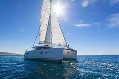 Ветрило катамарана плавания Эгейское море Стоковые Фото