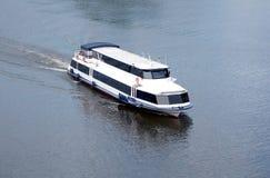 Ветрила белого пассажирского корабля медленные на реке в летнем дне Стоковые Изображения