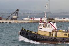 Ветрила буксира в порте Стоковые Изображения