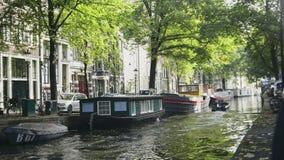 Ветрила моторной лодки в канале Amstel Амстердам, Голландия, Нидерланды видеоматериал