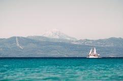 Ветрила парусного судна в Эгейском море стоковая фотография rf