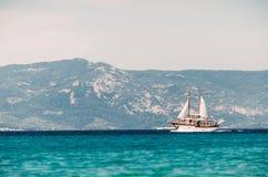 Ветрила парусного судна в Эгейском море Стоковые Фотографии RF