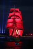 Ветрила шарлаха торжества показывают во время фестиваля белых ночей Стоковое Фото