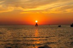 Ветрило захода солнца на озере Стоковые Фото
