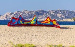 Ветрило Kitesurfing отдыхая на пляже в Сардинии Италии Стоковое фото RF