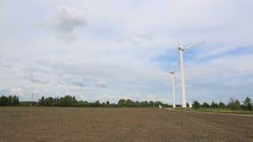 Ветрогенераторы которые производят электричество от ветра на поле, вращение от ветра, естественная сила, индустрия сток-видео